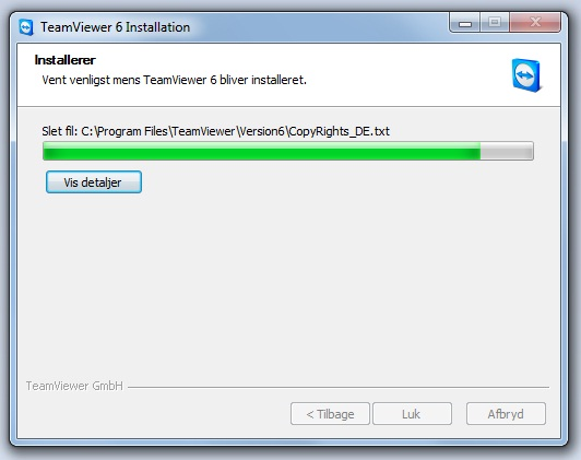 TeamViewer nu er selve installationen i gang, når den er færdig klikkes på Luk